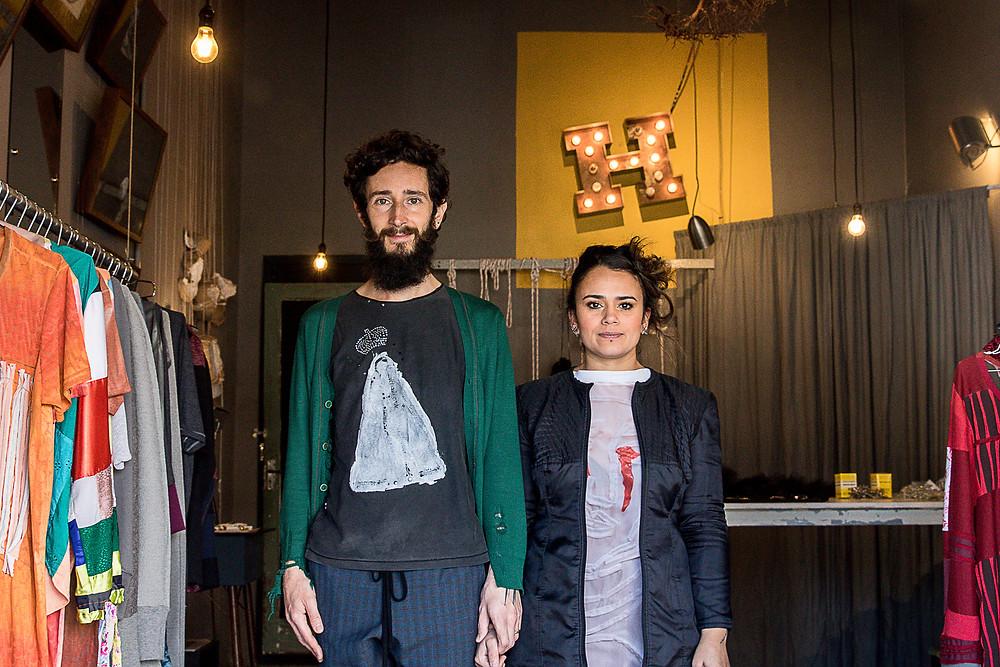 Alexandre Linhares e Thifany Éfe, estilistas empreendedores da marca H-AL, em sua loja-ateliê em Curitiba.