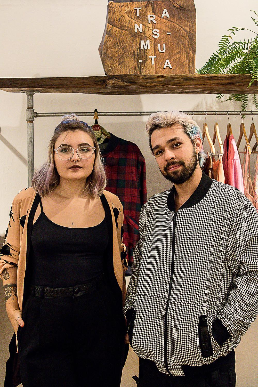 Os estilistas empreendedores Lucas e Yasmin, da Transmuta, na Coletize, onde ficam a venda suas peças em Curitiba.