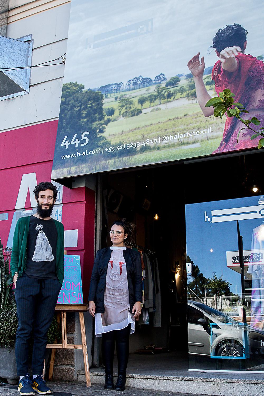Os estilistas empreendedores Alexandre e Thifany, em sua loja-ateliê na Alameda Prudente de Moraes, 445, em Curitiba.