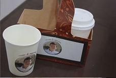 רעיון למזכרת בשבת בר מצווה כוסות קפה עם תמונה של חתן השמחה