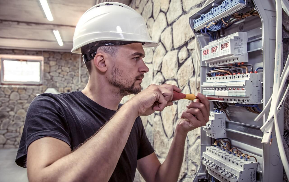 engenheiro elétrico realizando manutenção em aparelhos elétricos