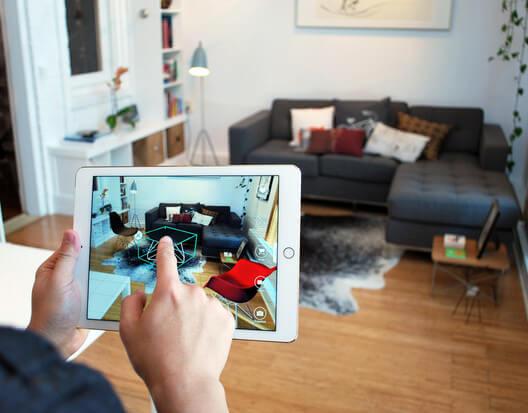homem com tablet na mão visualizando em realidade virtual  a sala