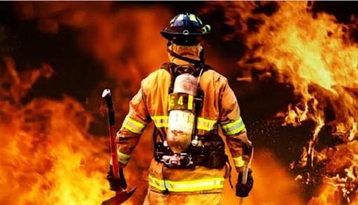 bombeiro no combate ao incêndio