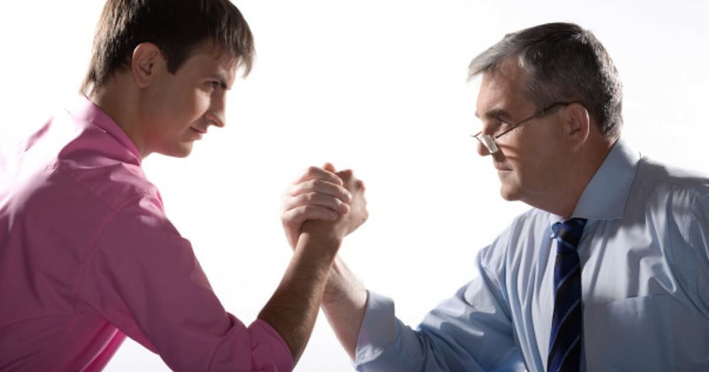 um jovem e um senhor apertando as mãos