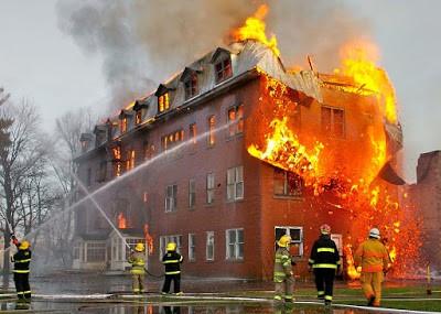 edificação em chamas