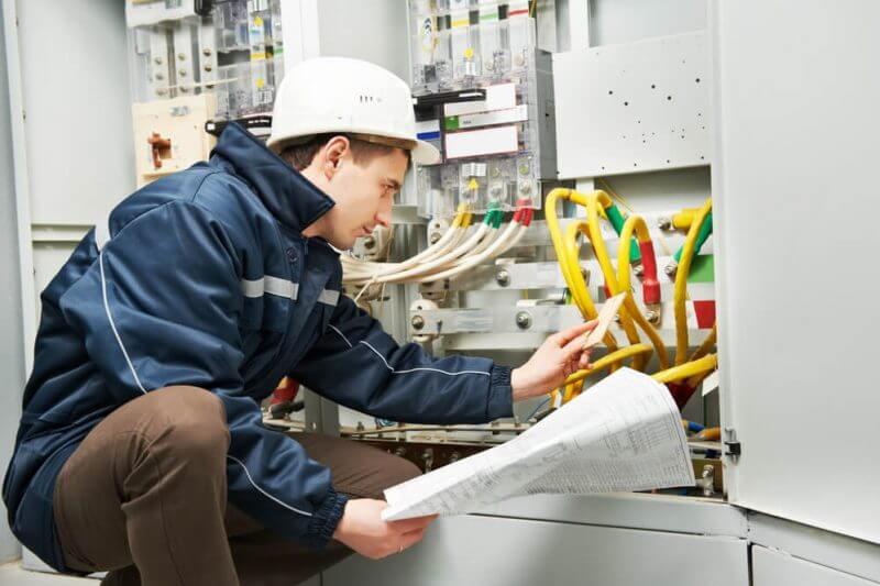 engenheiro eletrico manuseando fios