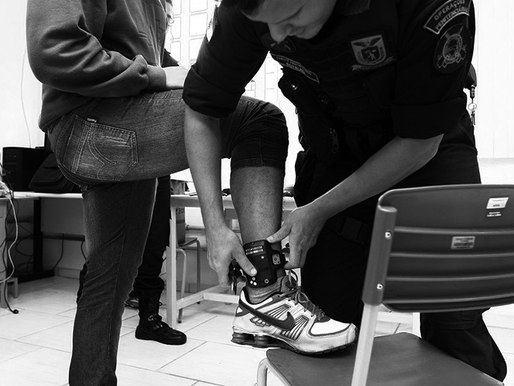 Por que é ilegal e ineficiente cobrar aos presos o custo da tornozeleira eletrônica?
