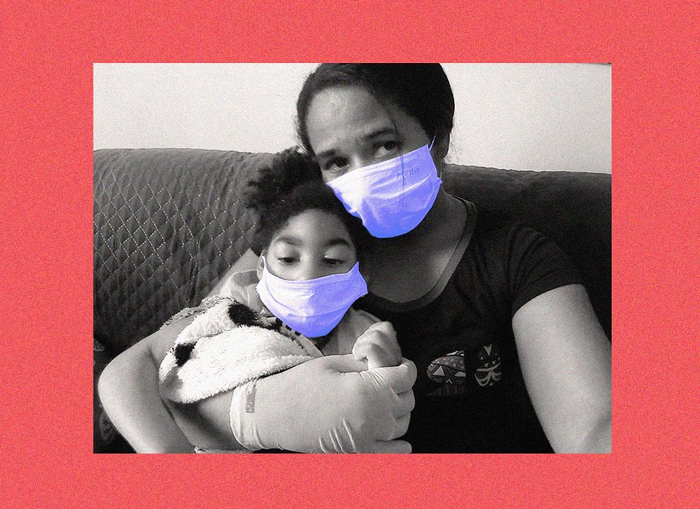 Na foto, Inabela Tavares (A mãe) sentada no sofá com sua filha Graziella no colo, ambas usam máscaras de proteção. Abaixo está a frase: Coronavírus: a realidade de uma família afetada pelo zika com suspeita para a Covid-19