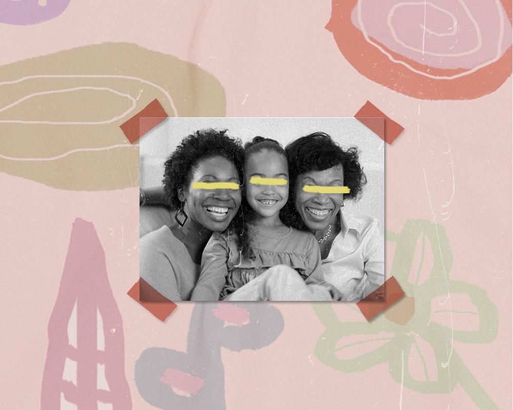 No centro da arte, uma fotografia de uma família formada por três mulheres negras de diferentes gerações
