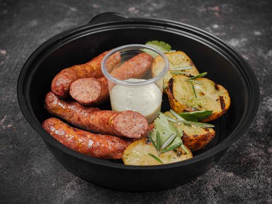Говяжьи колбаски с печеным картофелем и острым айоли