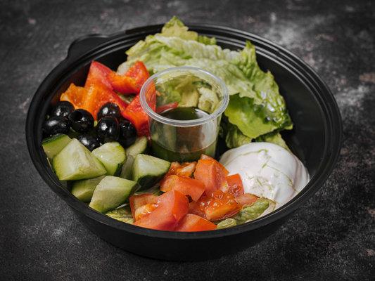 Салат из свежих овощей с маслинами и домашним сыром