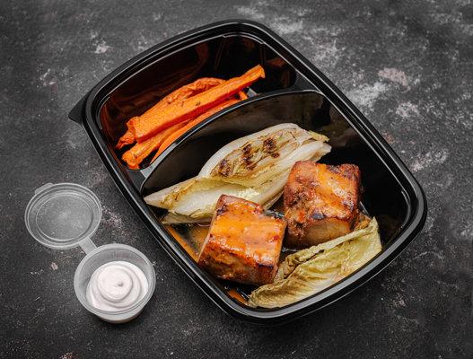 Свиная грудинка c обжаренным Романо и глазированной морковью