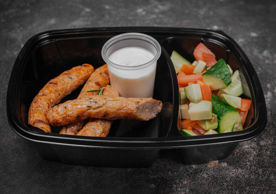 Куриные колбаски со свежими овощами и копченой сметаной