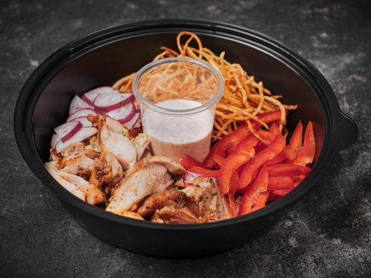 Салат из куриного бедра гриль с болгарским перцем и редисом