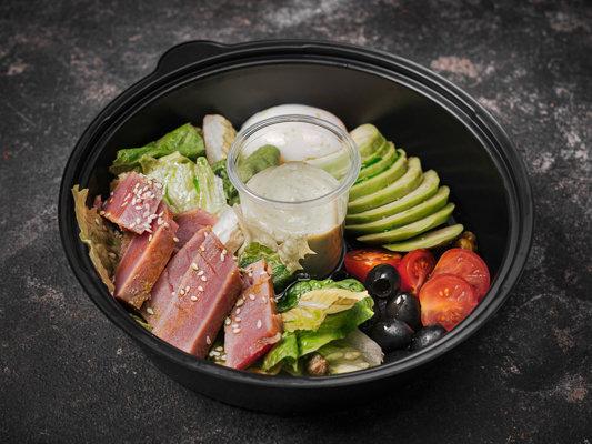 Салат с тунцом, каперсами и печёным авокадо