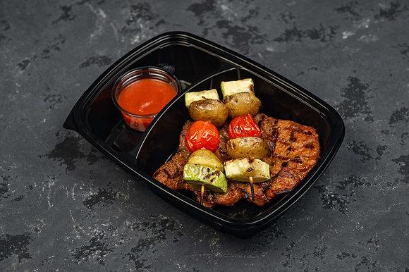 Стейк из свиной шейки с овощной шпажкой