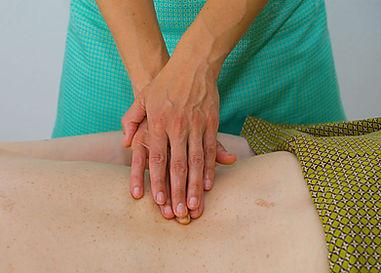 Anne Rigollet de Détente et bien-être pratique le massage ayurvédique abhyanga qui apporte une quiétude et un apaisement profonds