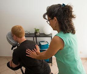 Anne Rigollet pratique le massage assis qui détend le dos et la nuque