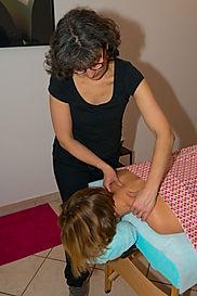 Anne Rigollet donne un massage HNS pour décontracter les épaules, le cou et la nuque