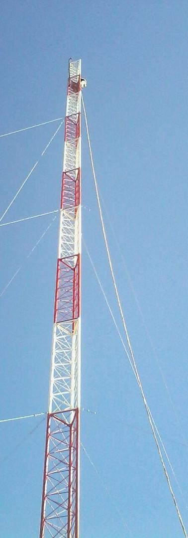 A torre estaiada é a solução mais econômica por atingir grandes alturas e com elevada capacidade de carga.Possui seção transversal triangular, estaiada com cordoalhas galvanizadas a fogo, projetada segundo as normas da ABNT, AISC, COMAR e especificações técnicas de nosso clientes.