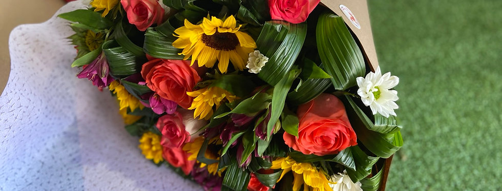 Ramo primaveral mixto con 6 rosas