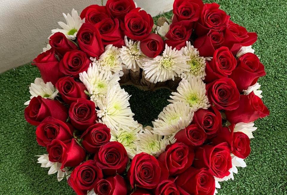 Corazón con 36 rosas y crisantemos