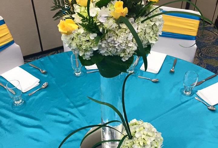 Centro de mesa con cilindro alto y rosas