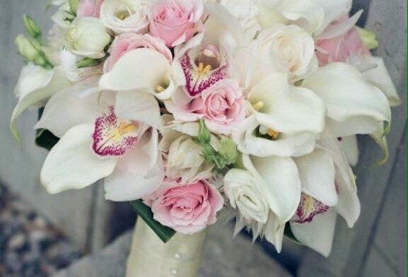 bouquet rosas y mini calas