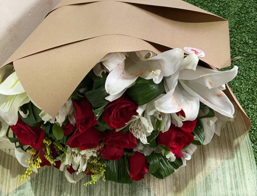 Ramo de 12 rosas con lirios