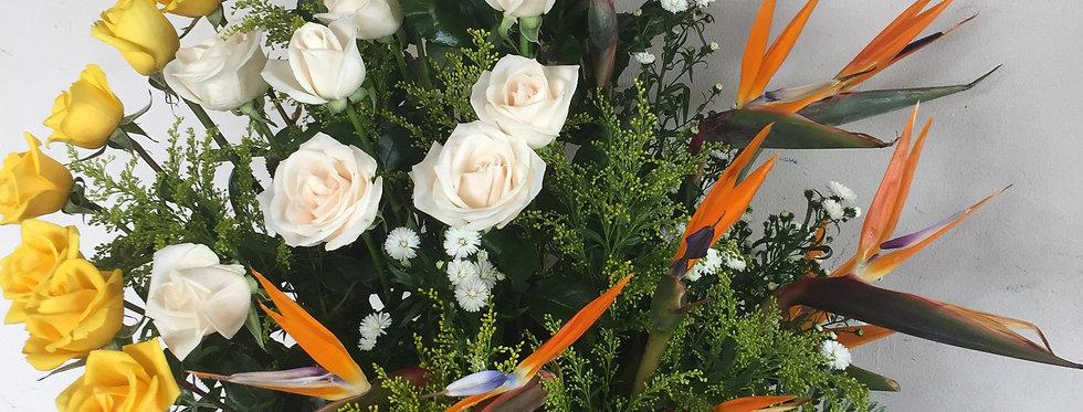 M37/ pecera con 24 rosas y aves del para�so