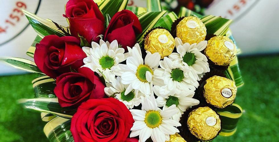 Arreglo de corazon con 6 rosas y chocolates