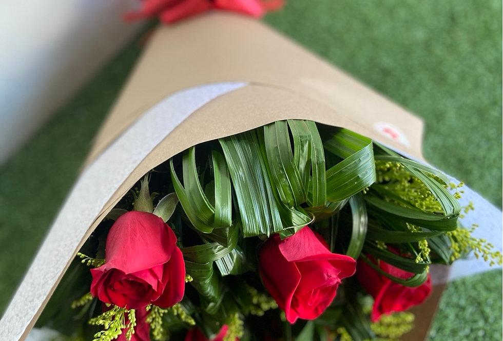 Ramo de 12 rosas ( cualquier color de rosa )