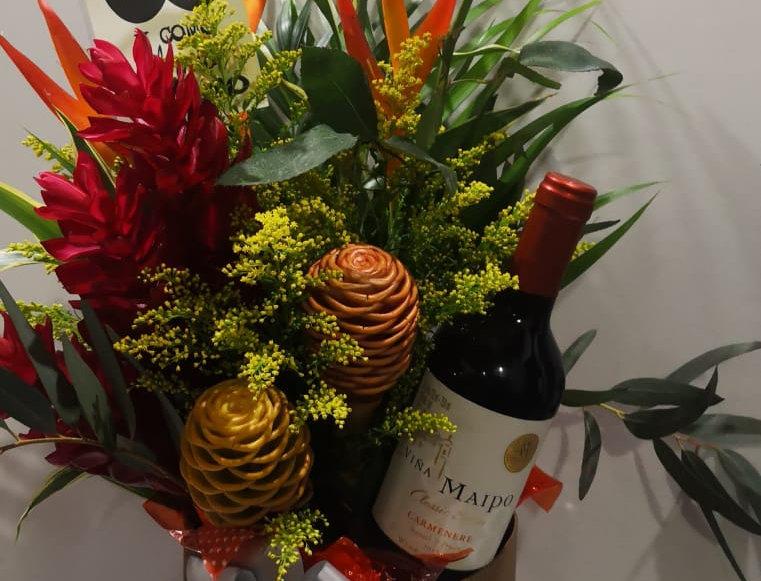 Caja de tropical con vino tinto