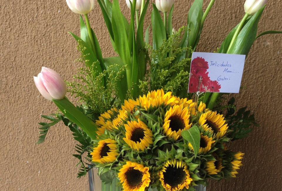 Girasoles y tulipanes