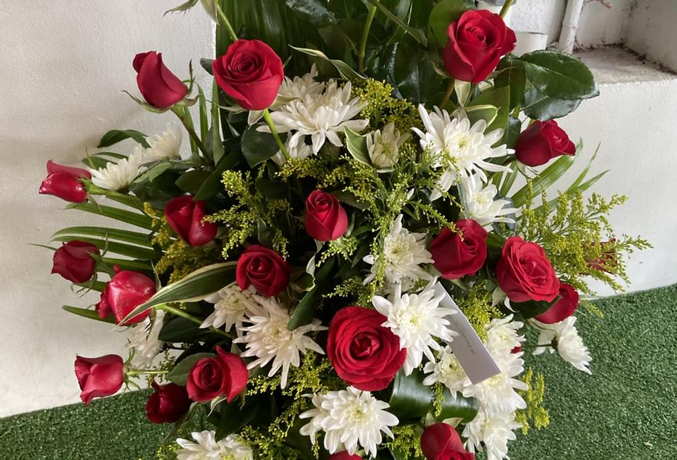 Pecera con 24 rosas