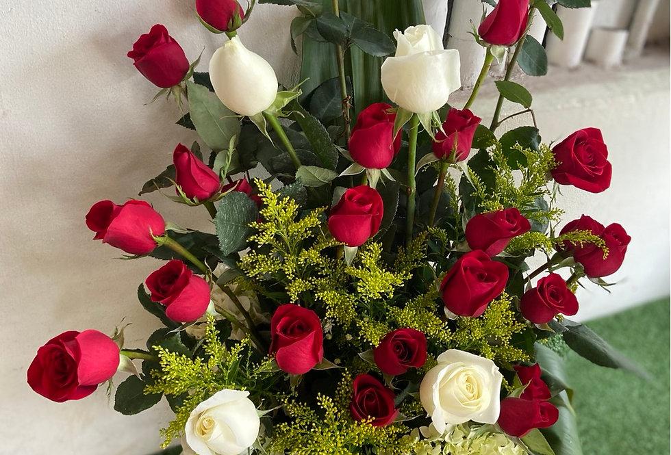Arreglo de 24 rosas con base de madera y chocolates