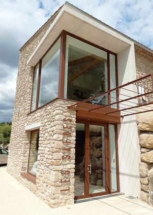 Menuiseries en aluminium sur façade en pierre