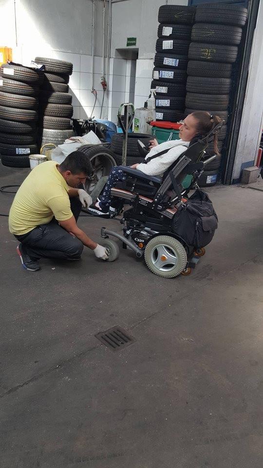Das bin ich und Automechaniker reparieren meinen Rollstuhl.
