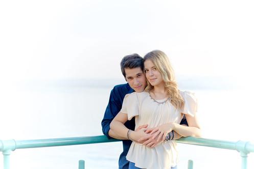 Fidanzati abbracciati vicino alla ringhiera e sfondo del lago
