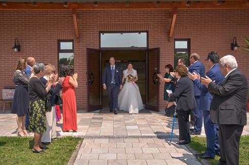 uscita degli sposi, applausi, fotografo matrimonio Novara