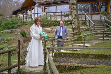 ritratto sposi, prati, Laghetto della Gelata a Soriso scalinata esterna, fotografo matrimonio Novara,