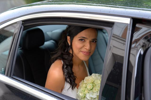ritratto sposa in auto, bouquet matrimonio, fotografo Novara,
