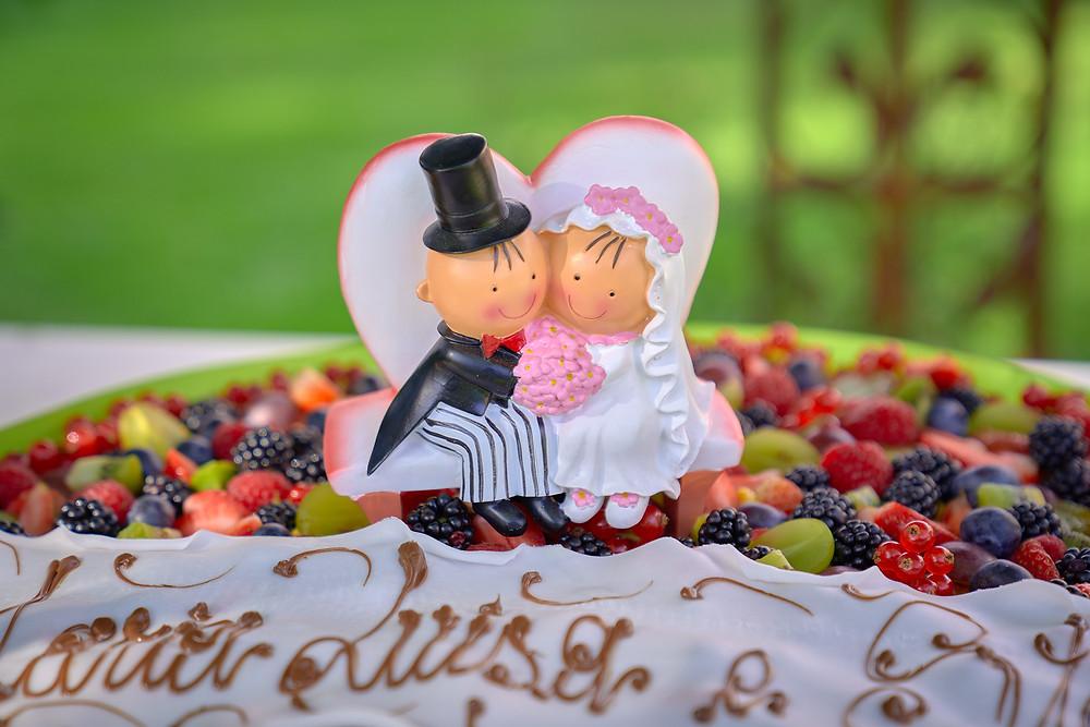 torta di matrimonio decorata con scritta e pupazzetti