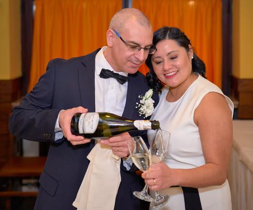 Champagne spumante sposi, sposi bicchieri e bottiglia,