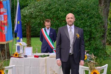 Sposo all'altare in piedi, fotografo matrimonio Novara,