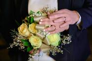 Bouquet di matrimonio, mani degli sposi, fedi nuziali