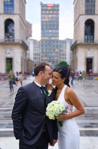 sposi in piedi, piazza del duomo Milano, fotografo matrimonio Novara