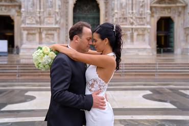 mezza figura sposi abbracciati, bouquet, piazza del duomo Milano, fotografo matrimonio Novara,