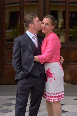 sposo, bacio mamma, basilica San Martino Magenta, fotografo matrimonio Novara,