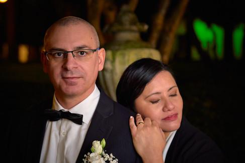 Sposa appoggiata alla spalla dello sposi, primo piano, notte, fotografo matrimonio Novara,